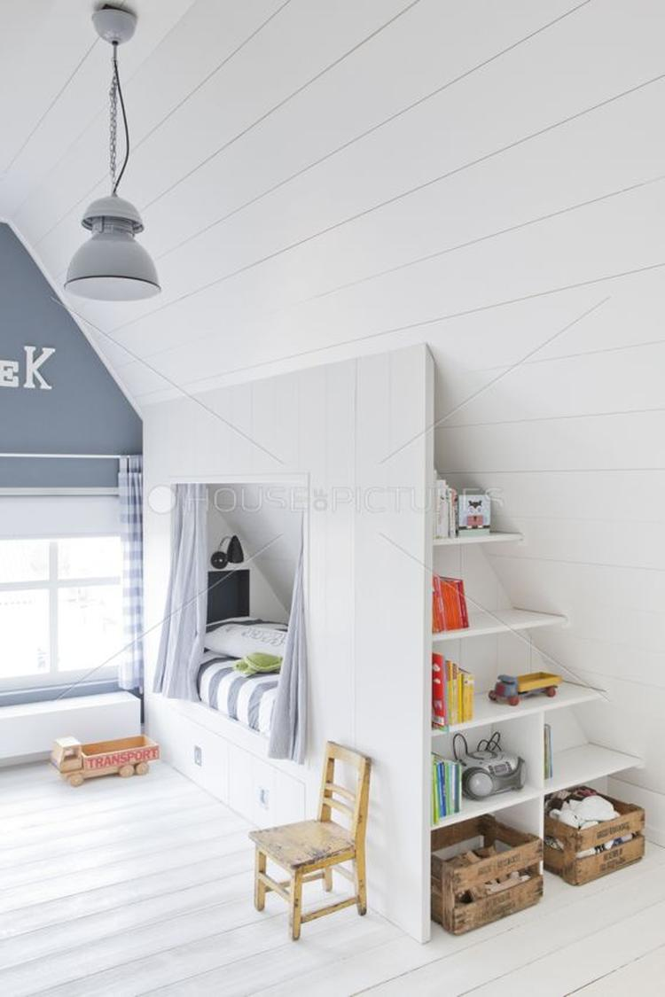 AuBergewohnlich Schönes Helles Kinderzimmer Mit Dachschräge. Tolle Idee Für Eine Bettnische
