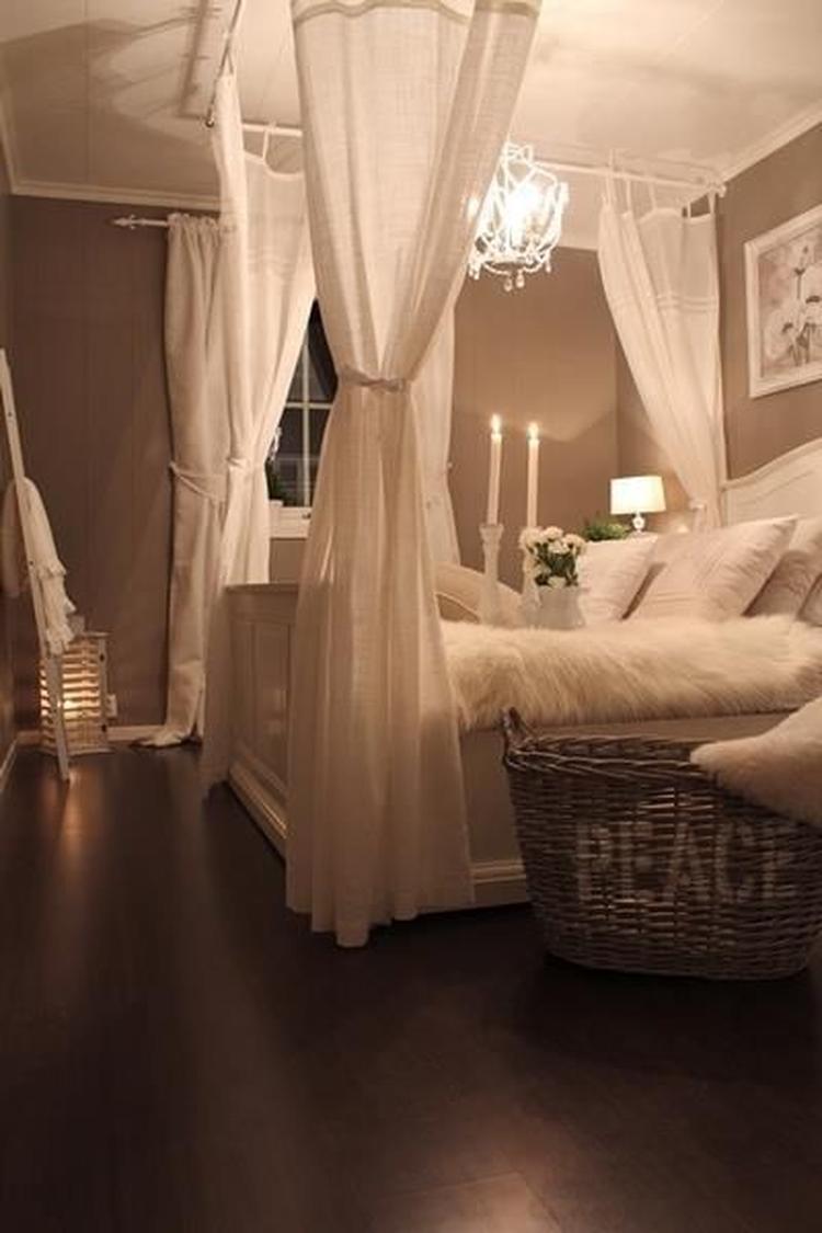 Romantisches Schlafzimmer im Landhausstil. Foto veröffentlicht von ...