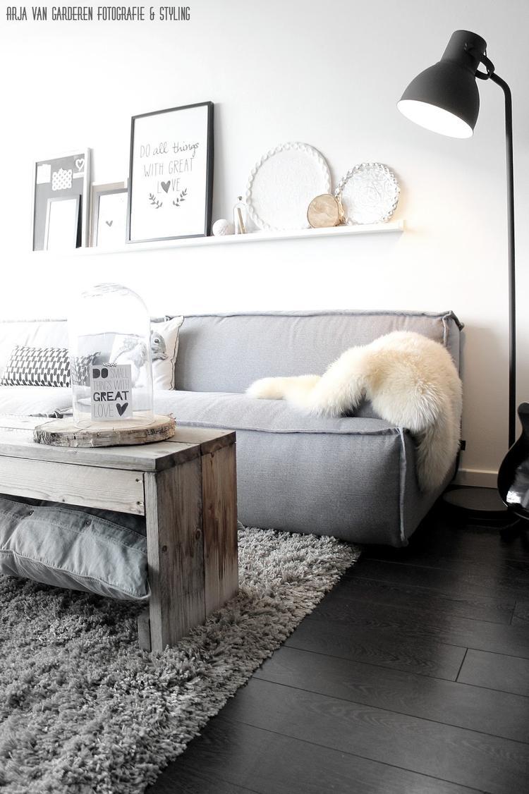 Ein Wohnzimmer ganz im skandinavischen Stil. Weiß, grau, schwarz und ...