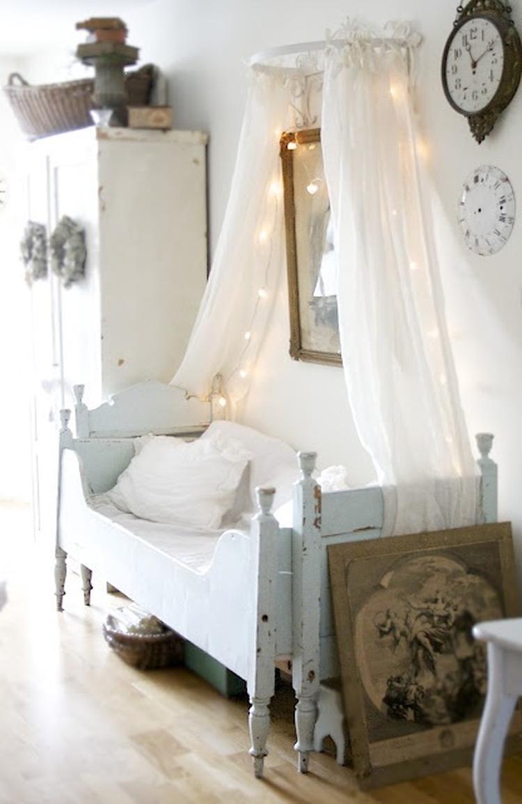 Süße Idee für das Kinderzimmer. Lichterkette als Dekoelement. Foto ...