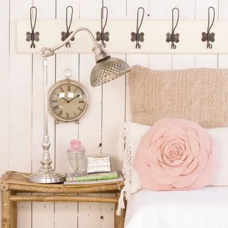 Romantische Schlafzimmer Einrichtung im Landhausstil mit einem Rosa ...