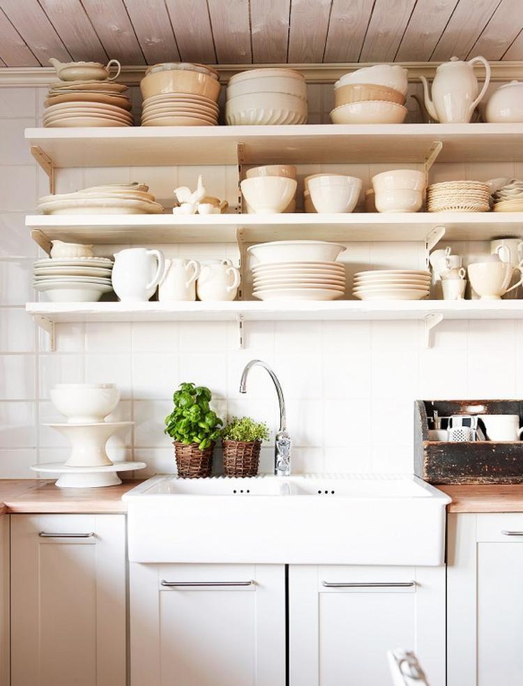 Helle Küche Im Landhausstil. Und Man Braucht Nicht Immer Unbedingt  Küchenschränke. Diese Regale Sehen