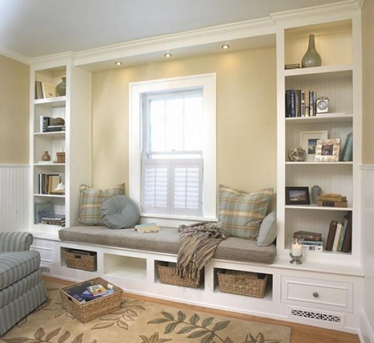 Traumhafte Und Gemütliche Sitzbank Am Fenster. Das Ist Doch Eine Schöne  Leseecke