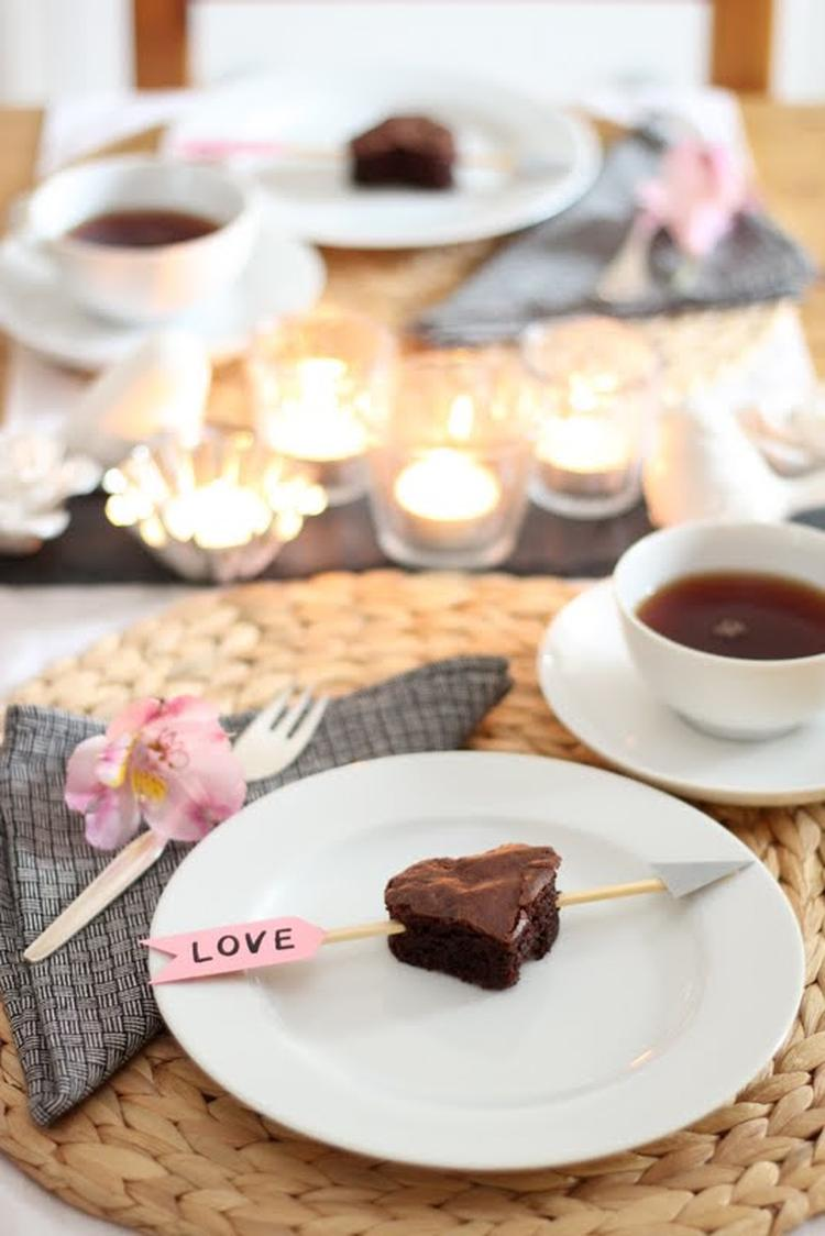 Verliebte Brownies für eine romantische Tischdeko zum Valentinstag ...