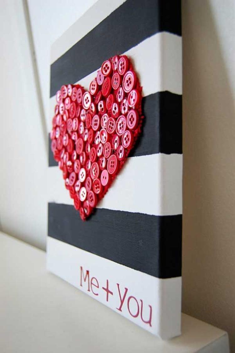 Schöne Bastelidee Für Valentinstag. Eine Leinwand Bemalen Und Dann Ein Herz  Aus Roten Knöpfen Drauf