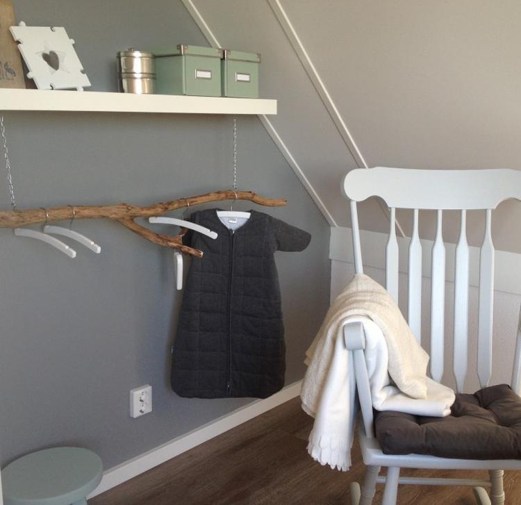 Cooles Babyzimmer In Grau Weiss Und Antik Grun Mit Ast Als Kleiderstange