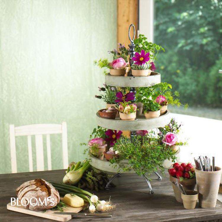 Etagere Weihnachtsdeko.Tolle Frühlingsdeko Mit Blumen Und Etagere Foto Veröffentlicht Von