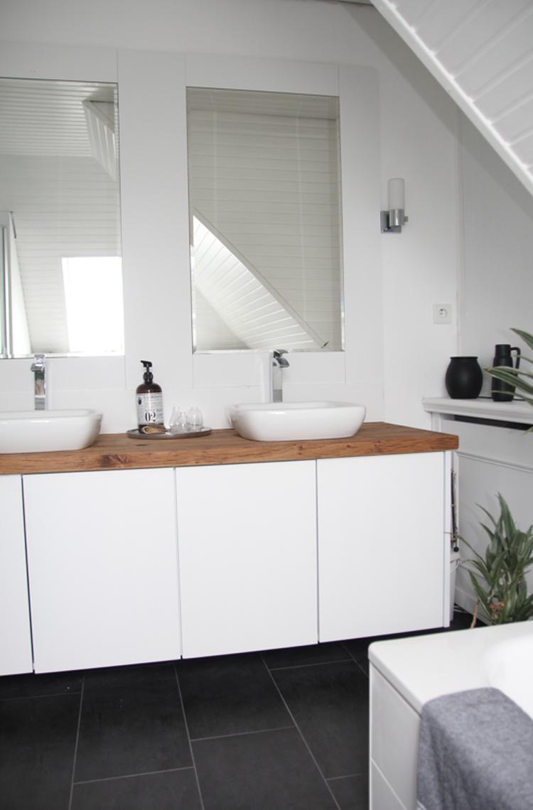 Schönes helles Badezimmer im skandinavischen Stil. Foto ...