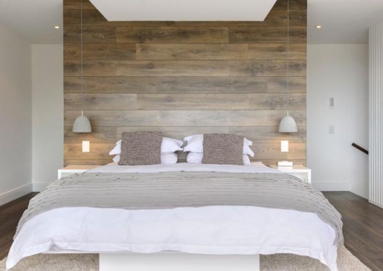Wow wunderschöne Holzwand hinter dem Bett für einen begehbaren ...