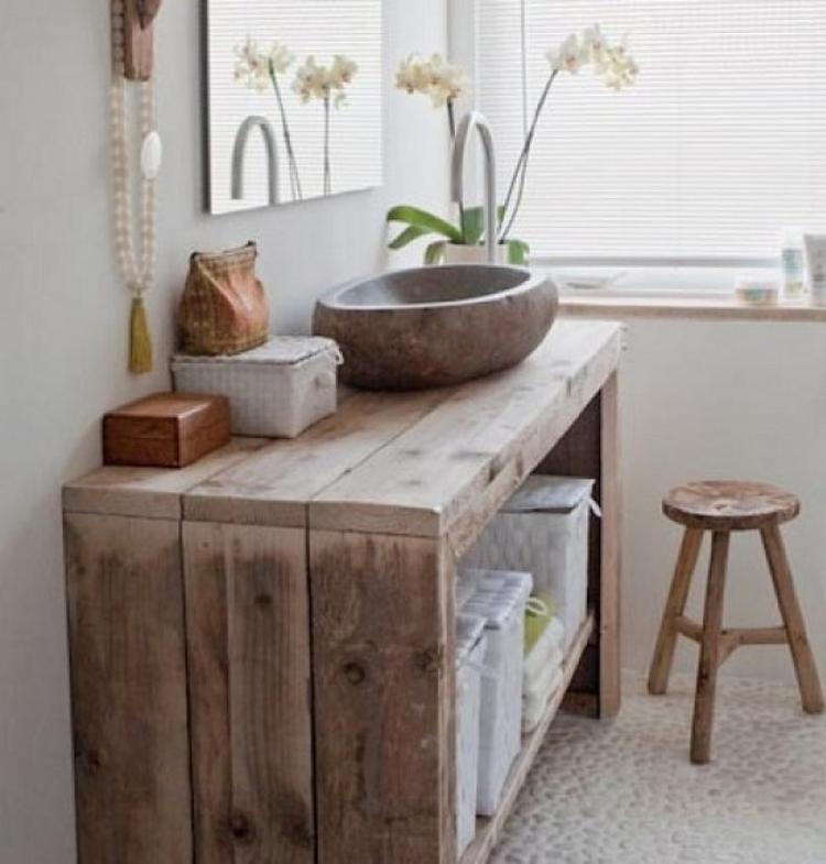 Wunderschönes Badezimmer im natürlichen Stil und das Waschbecken ...