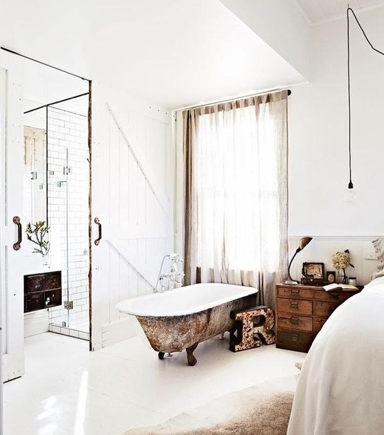 Wunderschöner Stil mit einer Badewanne im Schlafzimmer und einer ...