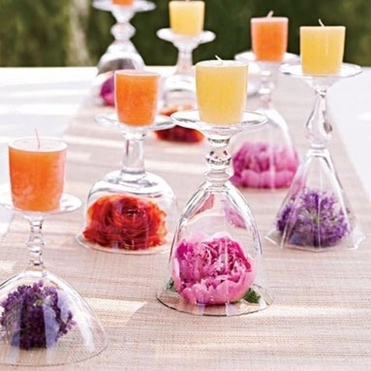 Einfache Tischdeko für eine Gartenparty: Weingläser als Tischdeko ...