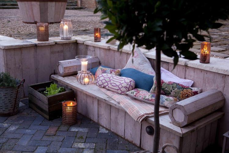 Chill Ecke im Garten mit einer Lounge aus Europaletten. Foto ...