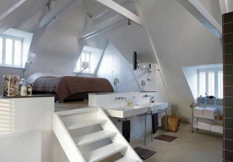 Wow so ein schönes Schlafzimmer mit dem Bett auf einem Podest. Foto ...